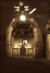 Ádám kápolna leghátsó részen az üveg mögött láthatjuk a Golgota szikláját, a sziklán lefolyt Jézus vére Ádám koponyájára, a kápolna  oltára előtt ajtó van. A Szentsír templom Izraelben található, Jeru