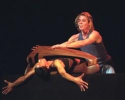 Maurice Béjart: Le Teck   Két táncos férfi és nő csatája, a nőt a férfi bezárja egy kaloda szerű fa szoborba, szerelmesek csatája.
