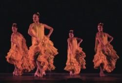 Antonio Márquez: Fiestája, spanyol fiatal nők táncolnak a szinpadon, fodros ruhájuk mögött kivillan a lábuk, a Spanyol flamencot táncolják.