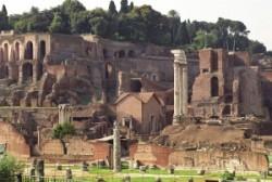 A Palatinus dombja, előtérben a Fórum.