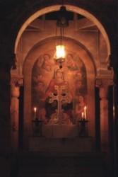 A meggyalázás kápolnája a Szentsír templomban Görög orthodox egyház gondozza. Miután Pilátus elítélte Jézust a katonák kezére adták, akik megalázták, fejére tövis koszorút nyomták, megverték.