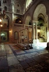 A Szentsír templom előcsarnoka, a bebalzsamozás köve mögött feljárati lépcső a Golgotára, a templom ajtaján beömlik a fény, a kövezet több száz éves, az emeleten a Golgota kápolna fénye látszik.