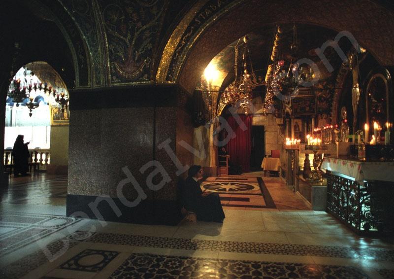 Golgota     Jacopone da Todi: Stabat Mater római katolikus himnusz. Sík Sándor fordítása. A Stabat Mater oltár a keresztút XIII. stációja, ez egy fából készült szobor témája, Mária fájdalma a kereszt