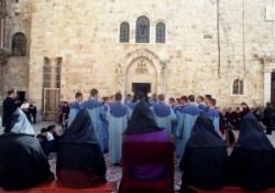 Szent János kápolna előtt miséznek, az örmények, a papok csukjában,a diakónusok kék ruhában. AZ örmény főpapok széken ülnek fejükön csukja van. A Szentsír templom udvarát szőnyeg fedi.