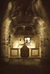 Ádám kápolna oltárát és a Golgota szikláját látjuk, Ádám koponyája itt volt eltemetve, amikor Jézust keresztre feszítették, és testét átszúrták vére a meghasadt sziklán keresztül Ádám koponyájára foly