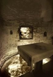 Ádám kápolna oltárát és a Golgota szikláját látjuk, Ádám koponyája itt volt eltemetve, amikor Jézust keresztre feszítették, testét átszúrták vére a meghasadt sziklán keresztül Ádám koponyájára folyt.