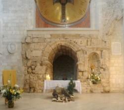 """kápolnája Chapel of Flagellation A kolostort a ferences rend építette 1927- 1929 között, egy középkori templom romjain, két esemény emlékére.Ezen a  helyen ostorozták meg Jézust, majd nyomták a fejébe a töviskoronát. Az ablakok üvegfestményei: Pilátus mossa a kezét, Jézus megostorozása és megkoronázása a töviskoronával, Barabás öröme a szabadon bocsátása hírén. A szemben levő templom helyén kellett Jézusnak a vállára vennie a keresztet.   Ecce Homo-boltív. Az ívvel összekötött két kőlap a római uralom Jeruzsáleme, Aelia Capitolina hármas diadalkapujának maradványa. A Via Dolorosa legismertebb látványossága A késő középkor keresztény hagyománya evangéliumi jelenet színhelyévé emelte. Eszerint itt mutatott Pilátus a töviskoronás Jézusra, mondván: """"Ecce homo! – Íme az ember!"""""""