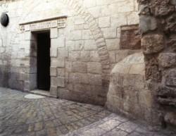 Keresztút ötödik állomás, V. stáció. . 1895-ben emeltették a ferences szerzetesek. A kápolna bejárata azon a helyen van a hagyomány szerint Kürénéi Simon zarándok a római katonák parancsára segített Jézusnak a keresztet vinni.