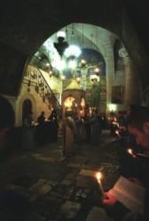 A Három Mária helye mellett jutni a bazilika nyugati részében lévő, tágas Rotundába. Déli falán a mozaik témája: Jézus a kereszten, Máris és Mária és Magdaléna. Az asszonyok erről a helyről figyelték