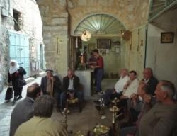 jeruzsálem arab kávéház, pipázó arabok, arab emberek, arab férfiak