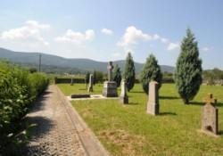 Ma már gyom és feledés takarja a Nagy Háború emlékeit. A gyalogosok drótakadállyal védett lövészárkai turisztikai látványossággá szelídültek, az elsimult sírhalmokon virág nő, a sírköveket lassan elmo