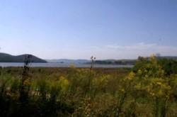 Szalonnától alig 1,5 km-re a falu határában duzzasztották fel a Rakaca-patakot, mely a Bódva jelentős mellékvize. A völgyzáró gáttal kialakított mesterséges tó az aszályos nyári időszakokban i
