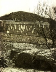 Szendrő város határában, az országút mentén szépen gondozott öreg zsidó temető van.