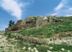 A zsidó hagyomány szerint ide temették Dávid király fiát Absalomot.l