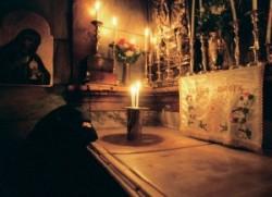 Jézus sírja. Jerusalem Szentsír templom tizennegyedik stáció. Itt helyezték Krisztust Arimatiai József sírjába.