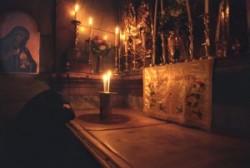 A Szentsír templom rotondója közepén látható Jézus Krisztus sírja.