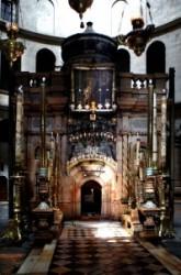 A Jeruzsálemi Szentsír templom rotundájában található Jézus Krisztus sír kápolnája. A két részből  álló kápolna első részében van az angyal kápolna. Innen lehajolva juthat be a zarándok Jézus Krisztus