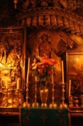 Jézus sírja felett a kápolna egész falát beborítják képek, domborművek, festmények.