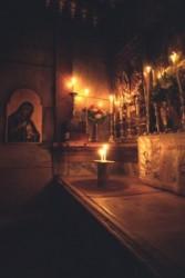 Gyertyafényben léphetünk be Jézus Krisztus sírkápolnájába. Az eredeti szikla sírt márványlap fedi be. Szemben a falon Szűz Máriát ábrázoló ikon melegsége besugározza a piciny kápolnát.