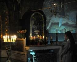 Golgota Római katolikus kápolnája. Jézus Keresztre feszítésének oltára. A tizennegyedik stáció. Mellette a Stabat Mater oltár. A Szűz Mária fa mellszobra.