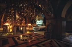 Golgota, Szentsír templom, Jézus keresztre feszítésének oltára, görög orthodox oltár, tizenkettedik stáció. Jézust és a két latort keresztre feszítették. A Szentsír templomban a bejárat melletti lépcs