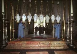 Szentsír templomban a bebalzsamozás kövénél két  örmény szerzetes  várja az ajtón belépő patriarchát. A bebalzsamozás köve felett nyolc lámpa van.