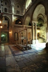 A Szentsír templom előcsarnokában lépcső vezet fel a Golgota kápolnába, előtérben a bebalzsamozás, más néven a megkenés köve. Jézust levették a keresztről, Arimatiai József ezen a kövön balzsamozta be