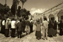 Mise Jeruzsálem óvárosa arab negyedében, a muzulmán al-Omarija iskola udvarán. Itt volt a Másodok Templom idején az Antonia erőd.