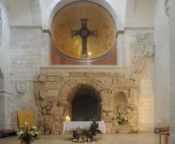 Az Antonius vár külső udvarának a kapuja az ecce homo ív. Jeruzsálem óvárosának arab negyedében a Via Dolorosán van a Sion nővérek Bazilikája. Az oltár mögött látható a Via Dolorosa autentikus