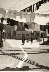 A helyszín Izrael, Jeruzsálem és Jeruzsálemen belül Mea Shearim ultraortodox zsidó negyed. De ha nézzük a fényképet azt is gondolhatnánk, hogy valahol Kelet Európában vagyunk a XIX. század végén