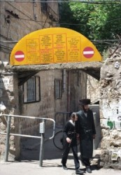 Apa és fia távozik Jeruzsálem ultraortodox zsidó negyede legkonzervatívabb kolóniájából. A bejárat felett több nyelven figyelmeztetik a turistákat, hogy ne zavarják az ott élőket.