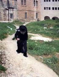Izrael fővárosában Jeruzsálemben van az ultraortodox zsidó negyed. Hagyományos ruhában hosszú kabátban kalapban(kapedliben) öltözve a nyári melegben is.