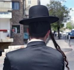 Izrael fővárosában Jeruzsálemben vagyunk. Ez Mea Shearim ultraortodox zsidó negyed. Sabbat van. Az ünneplő ruhában öltözött férfi halántéktincse is a Sabbatot köszönti. Fején fek