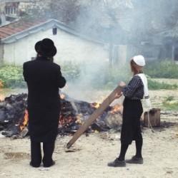 Az ultraortodox hagyományoknak megfelelő ruhában apa és fia égetik a homecet Mea Shearimban a házuk elött. Közösen emlékeznek a zsidó nép csodálatos megmeneküléséről Egyiptomból. Ez a peszachi