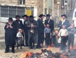 Férfiak és gyerekek, elégetik a chametzt. Mindent ami kovászt tartalmaz ilyenkor elégetnek, emlékezve az Úr parancsára.  A tűz mellett közösen olvassák a Haggadát a zsidók megmenekülésének csodá