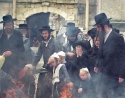Égetik Jeruzsálem ultraortodox zsidó negyedében a chametz-et. Minden ami kovászt tartalmaz.
