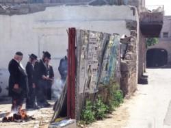 Férfiak, gyerekek közösen olvassák az zsidók megmenekülésének történetét, a Haggádát a zsidók csodálatos megmenekülését az egyiptomi rabszolgaságból. A közös emlékezés a zsidó nép megmaradásának a