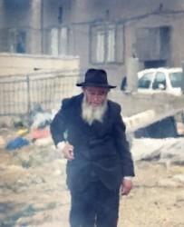 Öreg ortodox zsidó emlékeibe merülve áll Izrael Mea Shearim negyedében. Peszach ünnepe számára sok sok régi kedves emléket jelent.