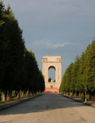 Ma már gyom és feledés takarja a Nagy Háború emlékeit. A gyalogosok drótakadállyal védett lövészárkai turisztikai látványosságokká szelídültek, az elsimult sírhalmokon virág nő, a sírköveket lassan el
